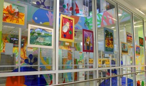 """На втором этаже ТРЦ """"Радуга"""" расположилась выставка картин школы живописи Натальи Павлюк! А также был проведен мастер-класс под названием """"Игрушка из сена""""!"""