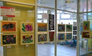 """На первом этаже ТРЦ """"Радуга"""" к 1 сентября расположилась выставка картин от студии семейного развития """"Ступеньки к успеху""""!"""
